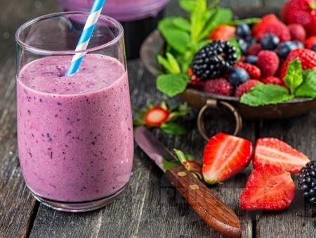Бадемово смути с горски плодове - ягоди, боровинки и малини - снимка на рецептата
